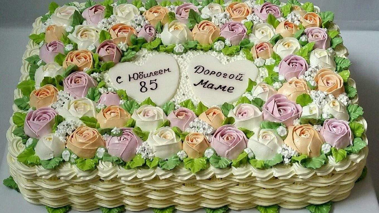 Целая корзиночка кремовых роз